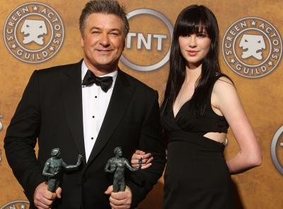 95887 Alec Baldwin And His Daughter Ireland Pose With His Award For Outstanding Performance By A- Male Acto