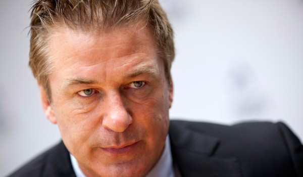 "Alec Baldwin Gets DeTweeted After Dishonoring the Queen Alec Baldwin is angry. Really f%#@ angry. The ""30 Rock"" star unloaded a profane Twitter rant Thursday after a news website claimed his pregnant wife, Hilaria, inappropriately tweeted about smoothie"